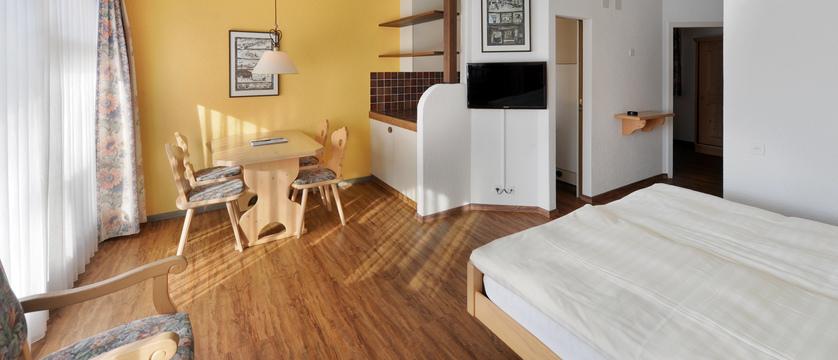 Switzerland_Grindelwald_Eiger-Apartments_dining-area.jpg